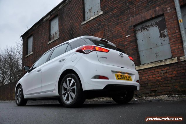 New Generation 2015 Hyundai i20 road test review report blogger journalist Carrot Insurance Oliver Hammond wallpaper photo image picture - rear 34c