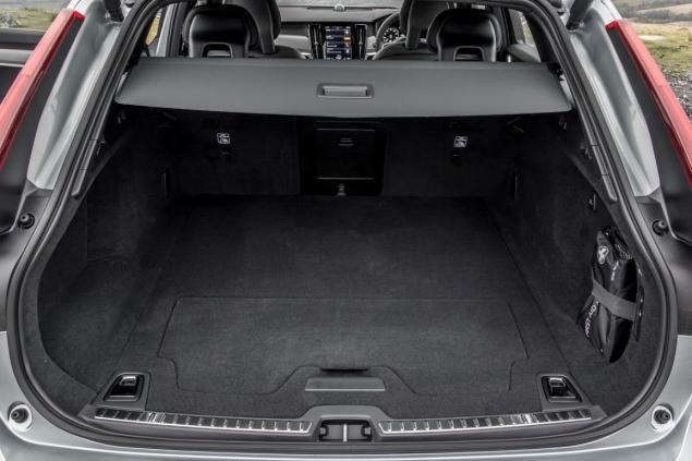 Oliver Hammond road test review Volvo V90 D4 Inscription blogger copywriter Cheshire Crewe Petroleum Vitae wallpaper boot space