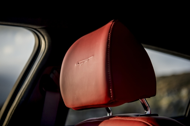 Kia Stinger GTS interior detail cabin - Nappa leather red