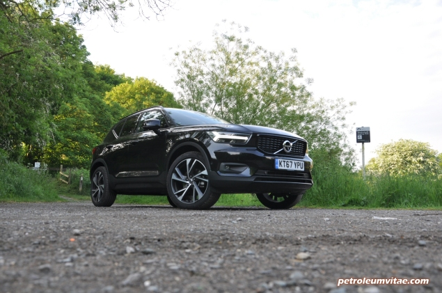 Volvo XC40 D4 R-Design AWD review by Oliver Hammond photo - front 34