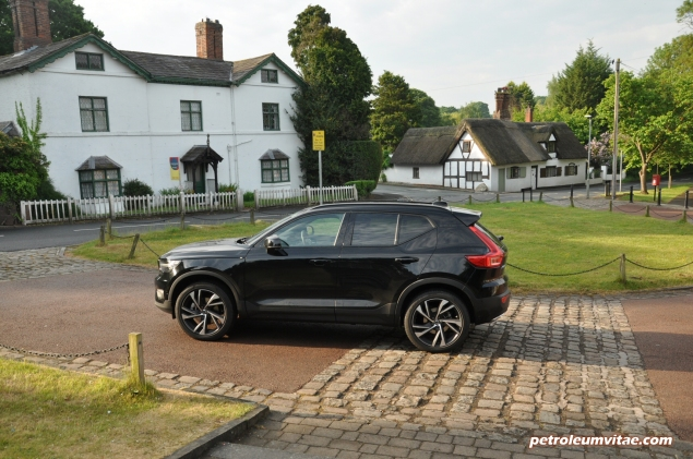 Volvo XC40 D4 R-Design AWD review by Oliver Hammond photo - side profile