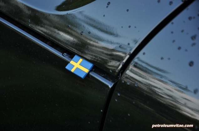 Volvo XC40 D4 R-Design AWD review by Oliver Hammond photo - Swedish flag wing